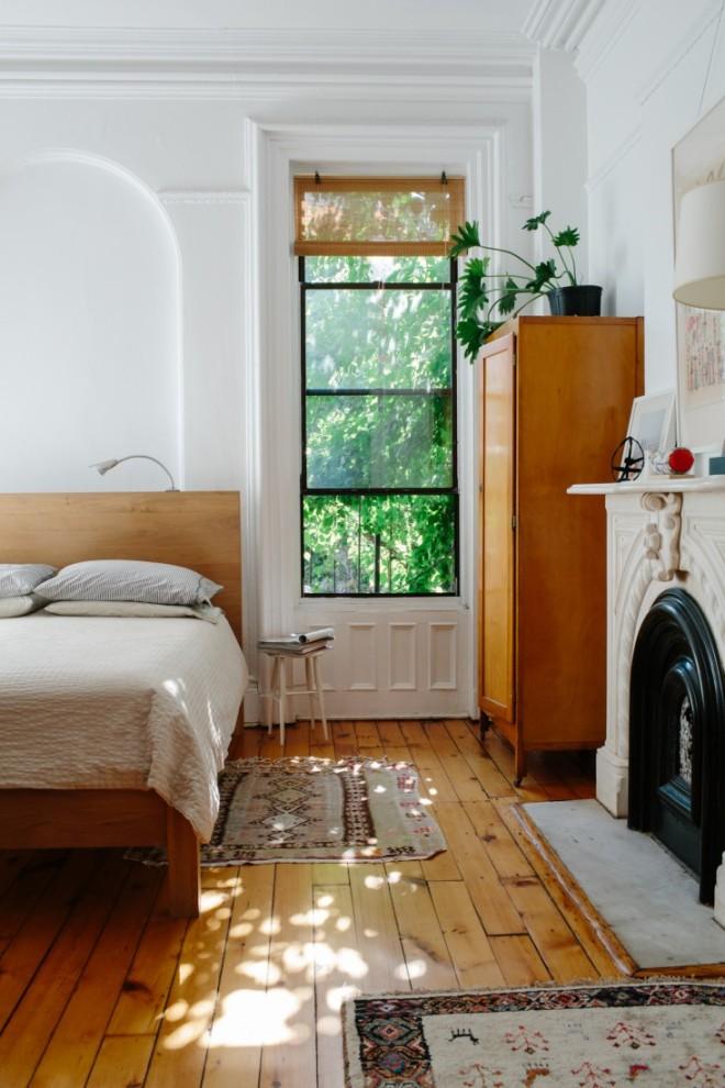 Dormitorio principal con chimenea de mármol.