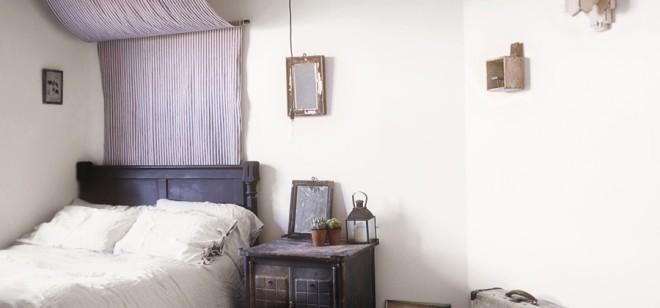 El dormitorio principal está decorado en tonos malva y azules, muy adecuados para la introspección y el descanso.