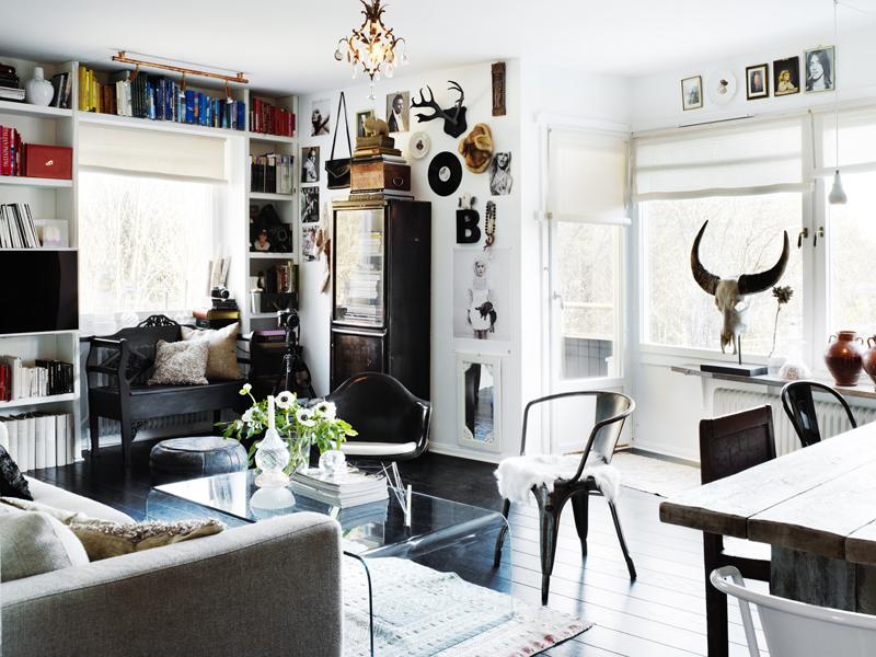 Zona de estar, donde la silla Tolix vuelve a aparecer, al igual que en la cocina. Destaca la estantería que rodea la ventana.