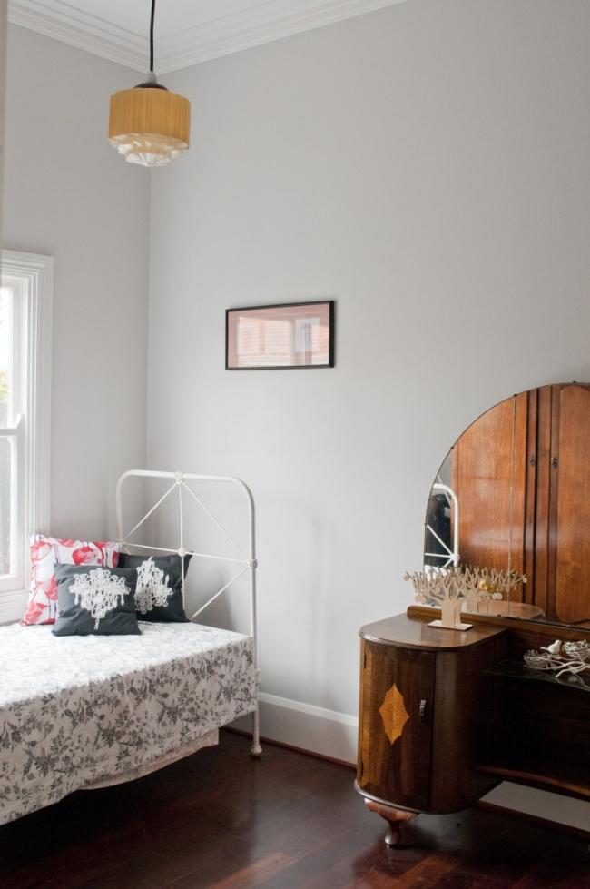 El dormitorio secundario tiene un aire infantil con la cama de forja tan delicada.