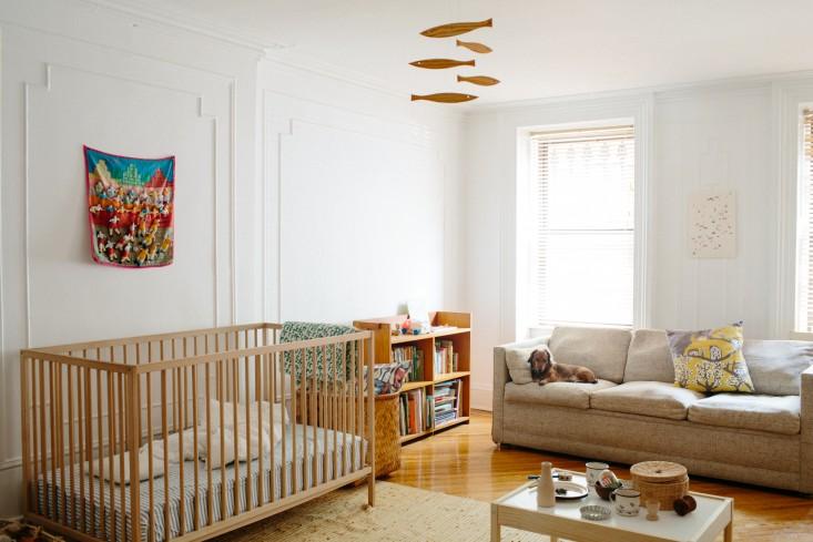 Dormitorio infantil de grandes dimensiones, que incorpora un sofá.
