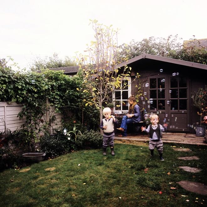 Jardín trasero de la vivienda, con el césped estupendo tan propio de los jardines ingleses.