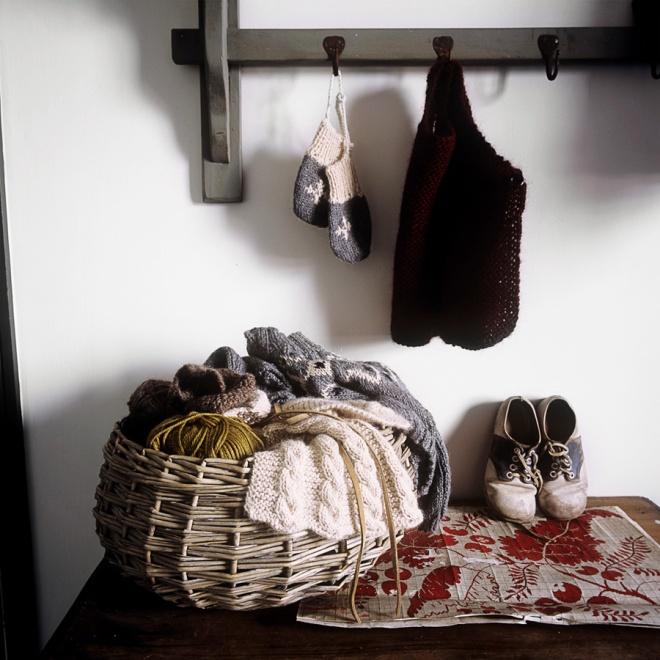 Piezas de lana que teje  Anna, la propietaria. Hace ropa para niños de lana a mano.