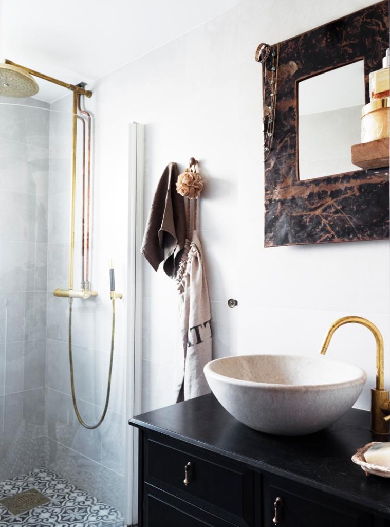 Baño revestido con cemento sin alisar. El solado se compone de baldosa marroquí.