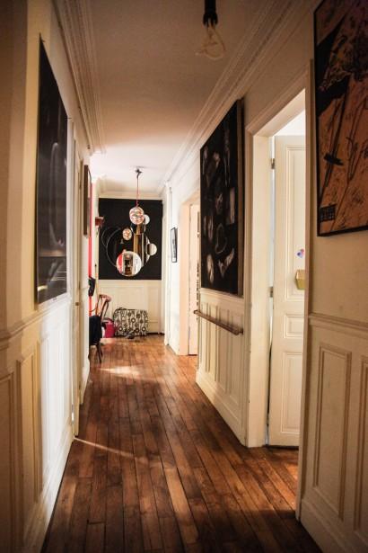 En la vivienda se han respetado los materiales y elementos que les venían dados, como el suelo, las puertas, el empanelado de la pared.