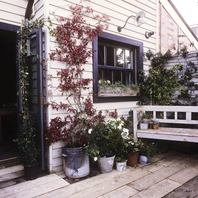 Porche de entrada a la vivienda. Es una casita blanca con los marcos en azul cobalto precioso y muy llamativo.