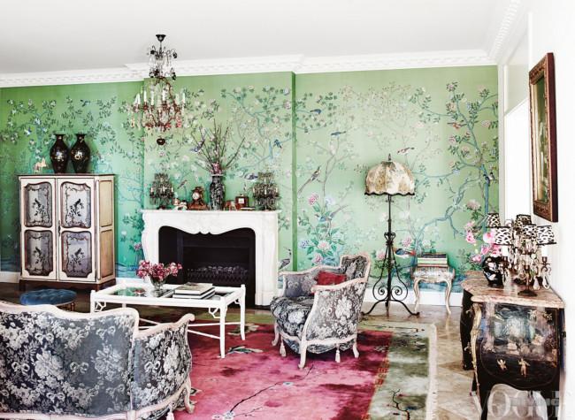 Espectacular zona de estar con un papel pintado precioso, los tapizados de las piezas antiguas y la alfombra; las lámparas, todo para ser admirado un buen rato.