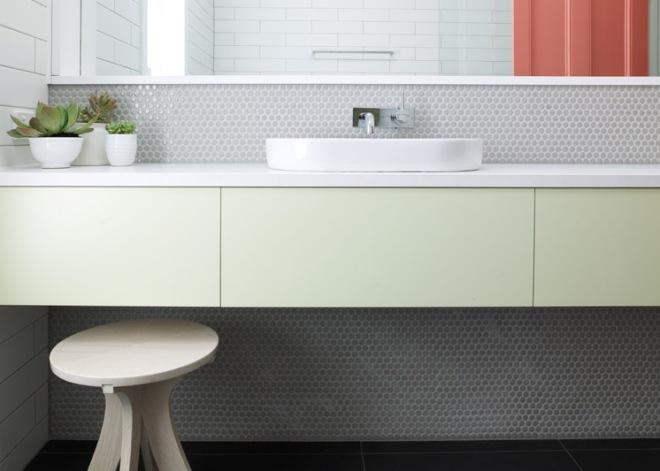 Precioso revestimiento en verde agua del baño con mueble colgado.
