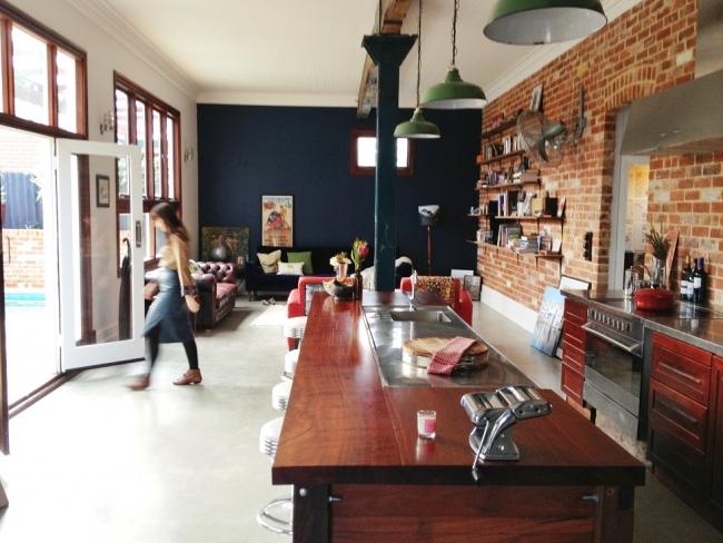 Vista general del espacio abierto que combina cocina y estar.