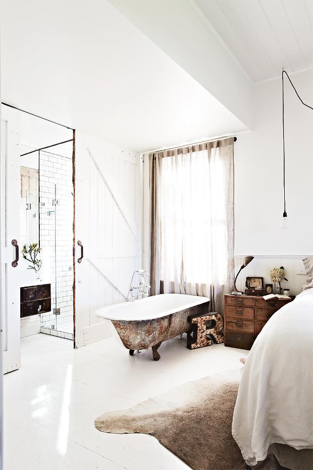 La bañera de hierro fundido toma protagonismo en el dormitorio.