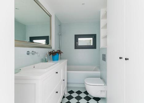 Después del dormitorio principal nos encontramos con la cocina, verdadero centro de la vivienda. El baño está alicatado en un precioso azul hielo.