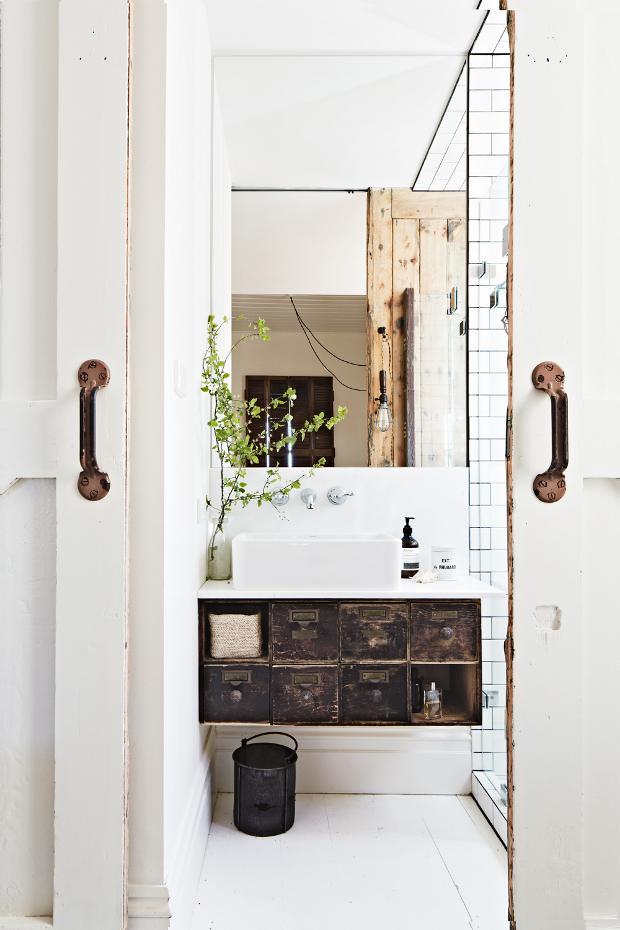 Vista de la zona cerrada del baño, precioso armario industrial como mueble de lavabo, las baldosas tipo metro quedan SIEMPRE genial.