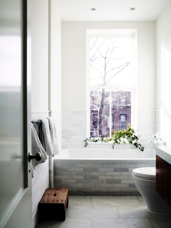 El baño es un espacio limpio, con azulejos de diferentes colores terrosos que crean un ambiente natural.