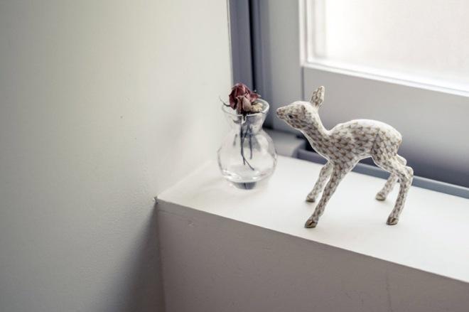 los detalles decorativos son muy delicados, como este ciervo junto a un pequeño jarrón con flores.
