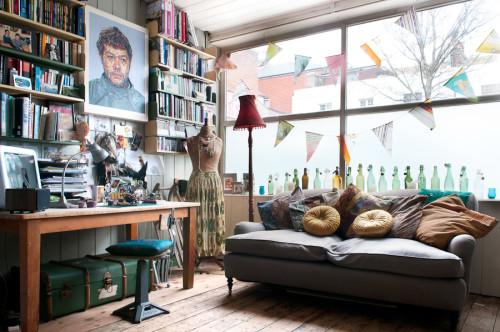 Este espacio  me encanta por su decoración y su uso. Es una zona de estar, comer, leer, coser, se puede hacer de todo.