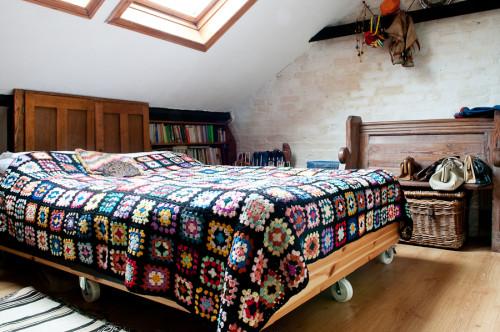 La habitación principal con la colcha hecha a mano.