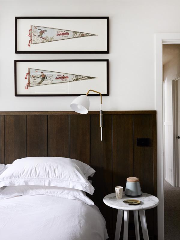 En los dormitorios se combina la madera oscura con el color blanco de las paredes.