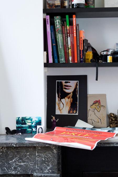 Estantería con libros, fotos, dibujos.