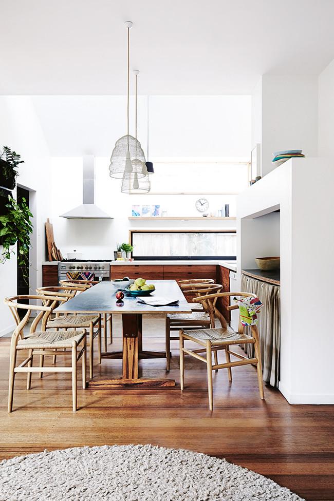 Vista de la cocina-comedor, con los muebles hechos de madera reciclada.