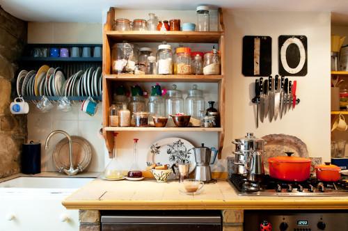 La cocina me gusta mucho también, con los estantes abiertos y todo visto.