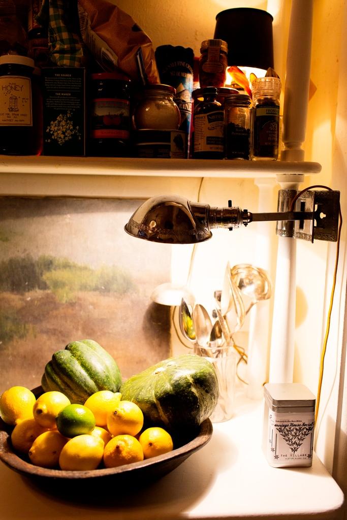 En la cocina, tan caótica como el resto de la vivienda, tiene una lámpara Jieldé preciosa.