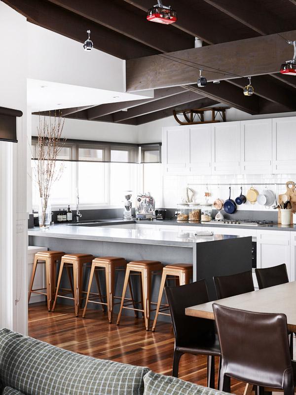 La cocina está abierta a la zona de estar y tiene una barra donde pueden desayunar los miembros de esta familia numeroa