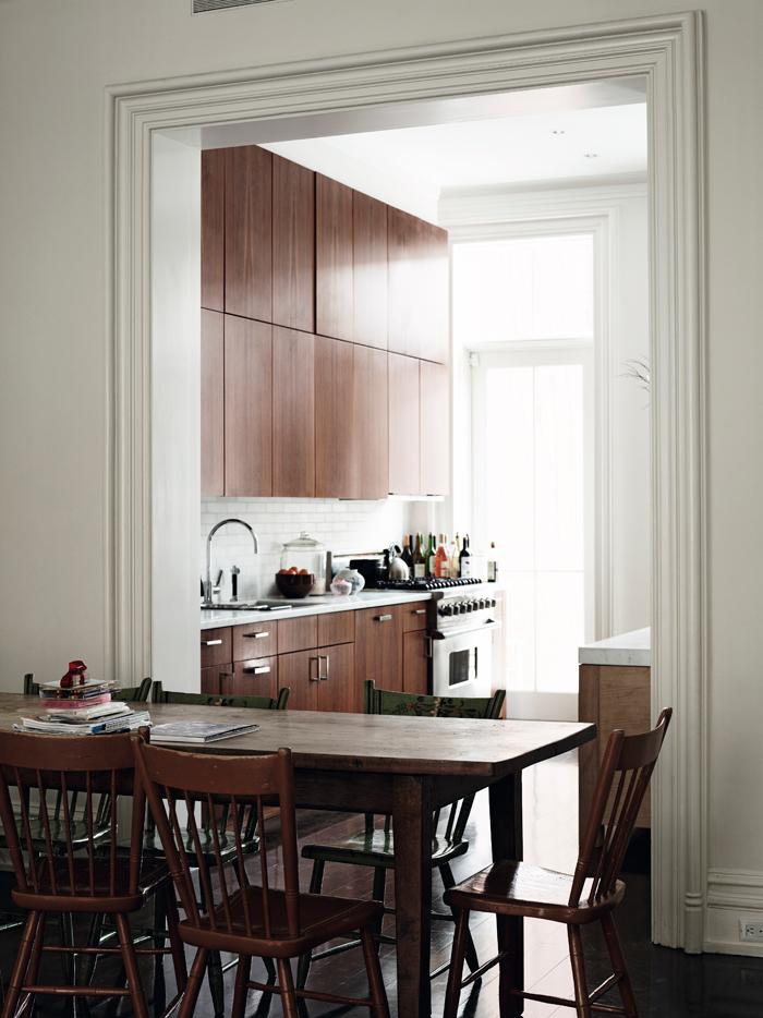Fijaos en la altura de los techos, el maravilloso marco de la puerta y qué bien quedan los muebles de cocina con la puerta tan lisa y en madera tan oscura, parece nogal.