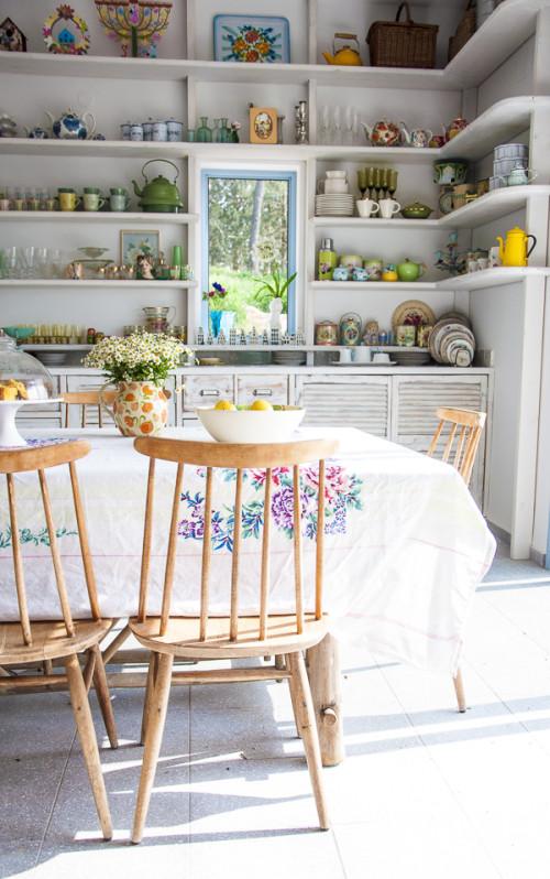 En general esta vivienda está decorada con objetos de colores alegres. Sobre un lienzo en blanco, quedan muy bien.