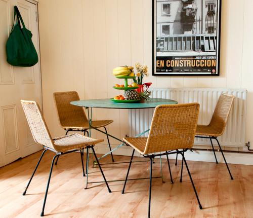 El comedor me encanta, el póster de la película En Construcción, las sillas de mimbre y la mesa verde, es genial!