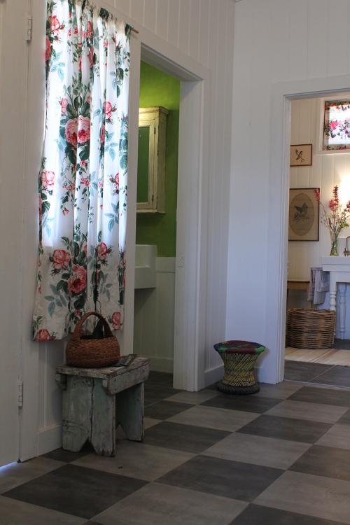 Distribuidor de diferentes estancias de la vivienda, con el suelo de madera pintado.