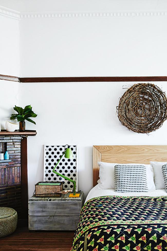Los colores verde, negro y blanco junto con diferentes tonos de madera son los que dominan en este dormitorio principal.
