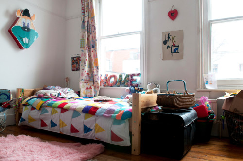 Un rincón de la habitación de las niñas con los elementos decorativos hechos a mano.
