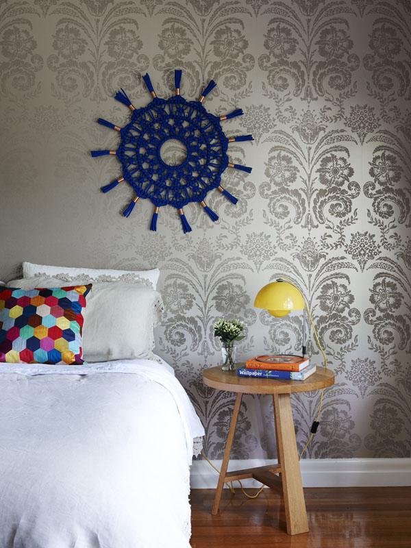 Papel pintado en la pared principal del dormitorio.