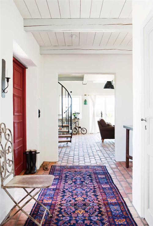 Entrada a la vivienda con un espacio para dejar las botas, abrigos, etc a la izquierda.