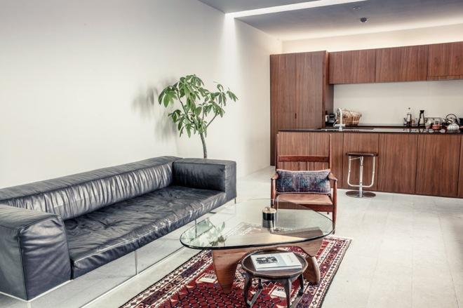 En el interior, la cocina comparte espacio con la zona de estar. Todo está decorado y pensado de una manera sencilla y minimalista, con maderas nobles, piezas de diseño cuidado.