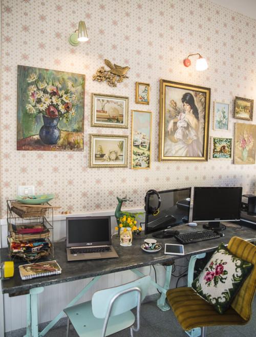 El orden de los cuadros me parece correcto, sobre un papel pintado vintage y muy fino quedan genial. Este espacio es la zona de trabajo familiar.
