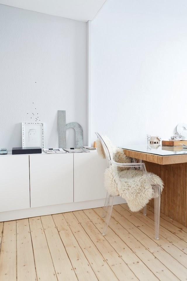 El estudio es un espacio muy luminoso, amueblado con elementos blancos y de la misma madera clara fenólica.