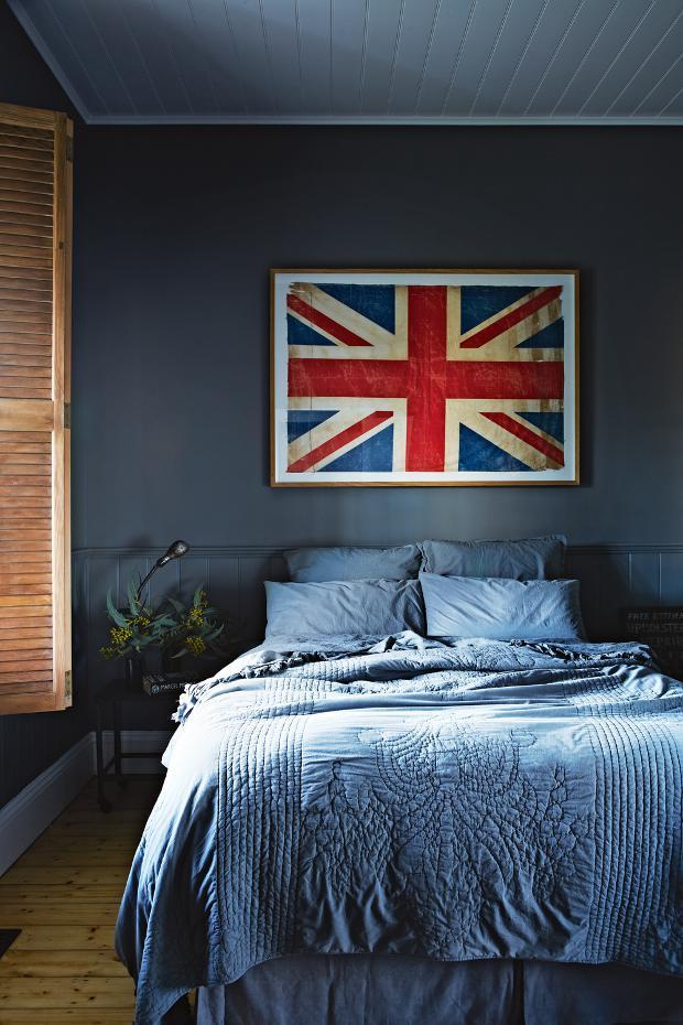 Otro dormitorio con esquema cromático en grises azulados que a pesar de ser un color oscuro, es muy acogedor.