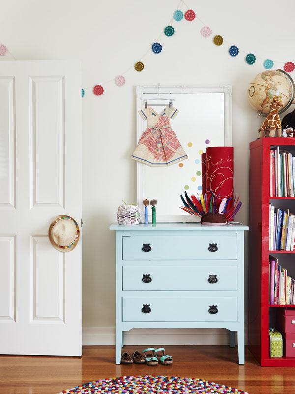 Alegre dormitorio infantil. La mezcla del azul y el rojo queda genial.