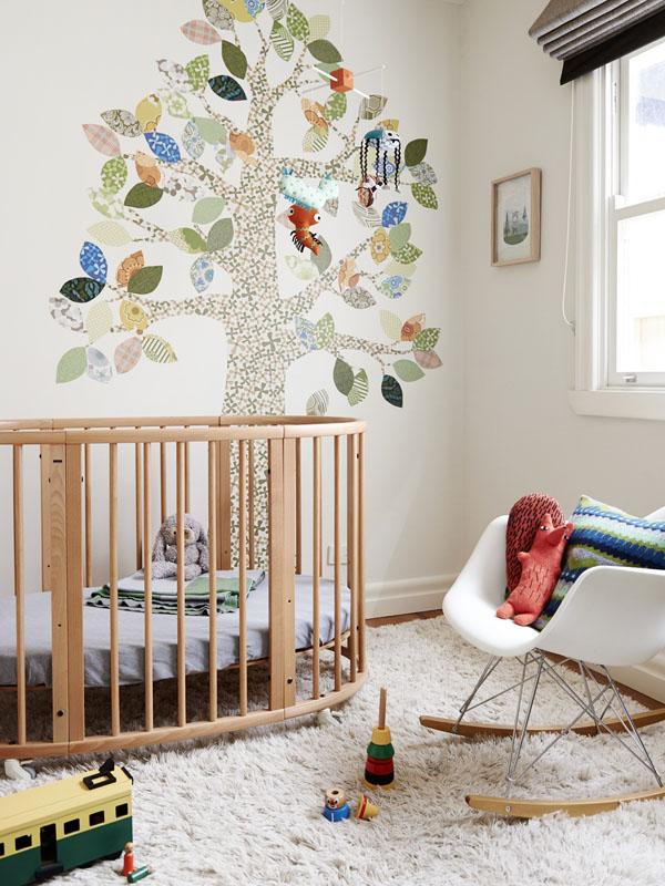 En la habitación del bebé una cuna Sleepi de Stokke y el precioso árbol de papel.