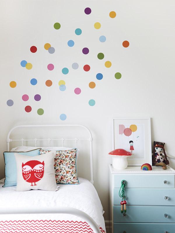La habitación infantil me encanta, con su cabecero de forja pintado en blanco , la setita de lámpara de noche y la ilustración preciosa de la mesita.