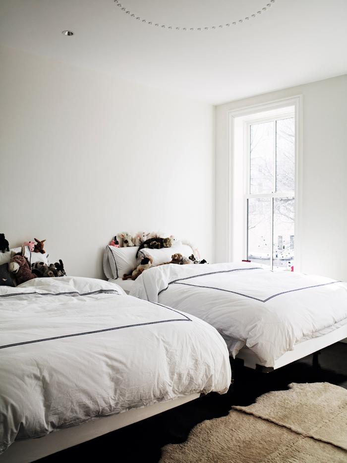 El dormitorio infantil es muy austero, decorado en blanco sobretodo. La madre de Liana tenía una máxima, decorar con pocas cosas pero de buena calidad.