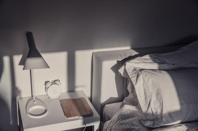 La luz que entra en el dormitorio principal, todo blanco, la lámpara nórdica.