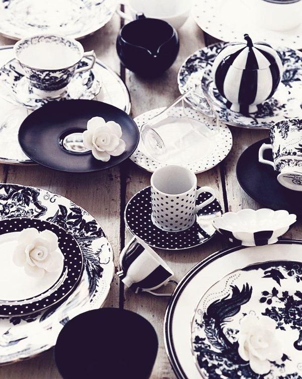 Los platos y tazas de diferentes motivos y diseños alegran la mesa de otro modo algo sobria.