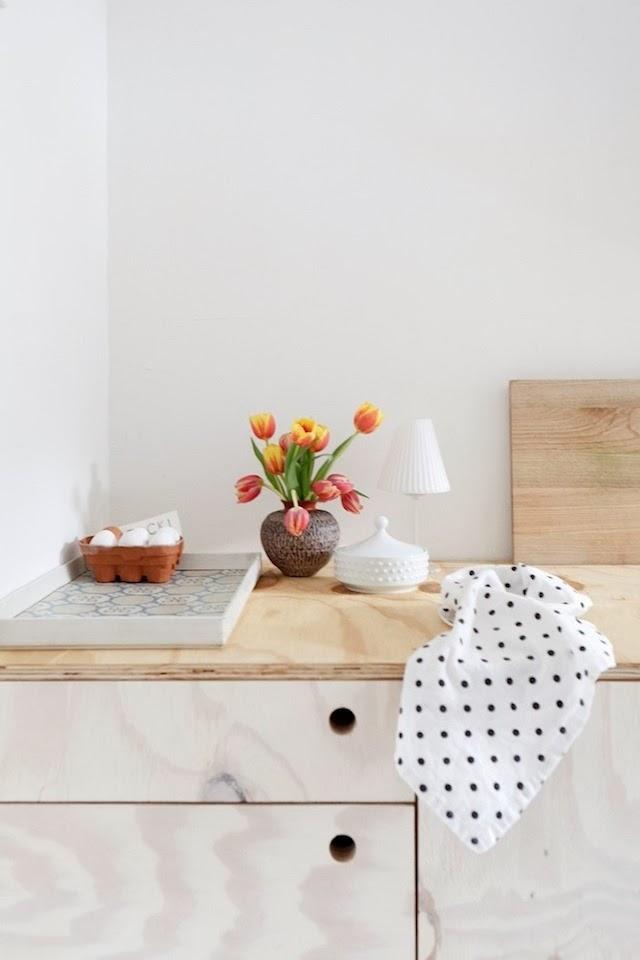 Detalle del precioso mostrador de la cocina. Los objetos sencillos y bien hechos decoran este espacio.