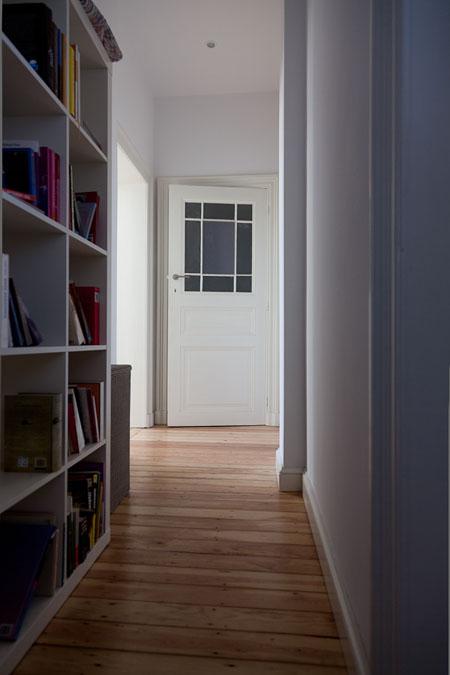 Pasillo con estantería, un uso precioso que se le puede dar a un pasillo algo más ancho de lo habitual.