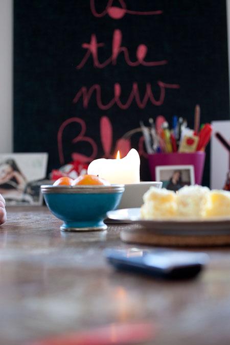 Mesa con el pastel de limón.