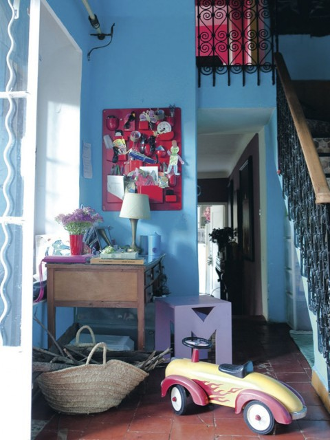Entrada decorada en tonos azules, rosas, rojos, morados.