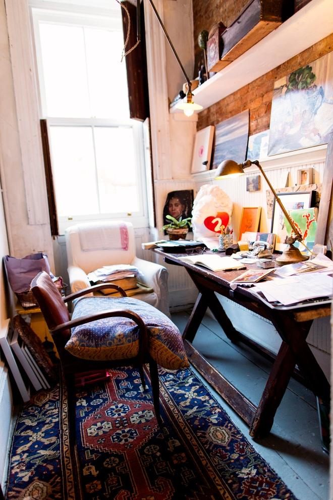 Rincón de escritorio ocupando un pequeño hueco de la zona de estar.