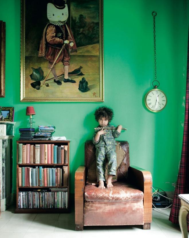 Salón pintado en verde fuerte, precioso en combinación con el cuadro, el reloj y el sillón desvencijado.